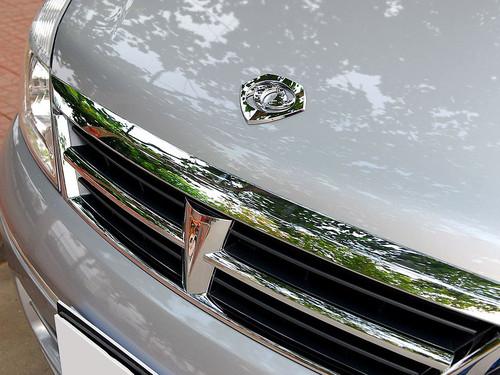 车标设计很有趣,一个类似盾牌形状的外圈里,包裹了东风的标志-御
