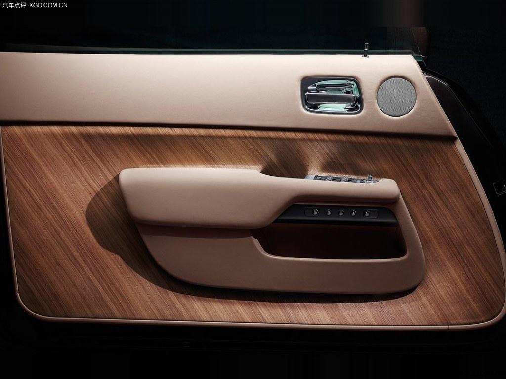 大面积使用实木装饰的车门 奢华内饰 新的劳斯莱斯魅影预高清图片