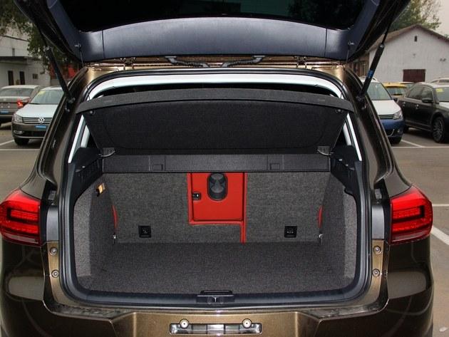 途观的后备箱采用4/2/4放倒方式,容量为400l,座椅放倒后扩充至1530l