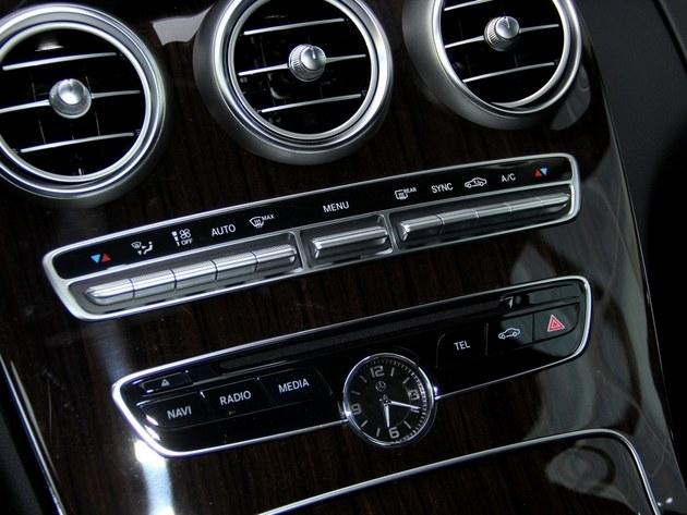 奔驰全新c180l采用分区自动空调,空调操作按键被一字排开,质感效果